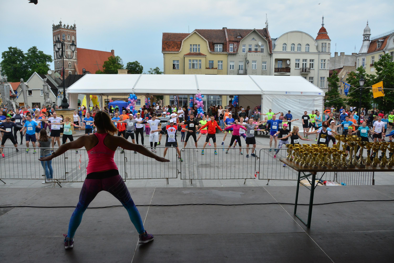 Rozgrzewkę dla zawodników przeprowadziła Sylwia Szczepańska z Centrum Aktywności