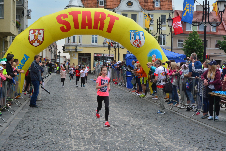 Uczestnicy Mini Biegu Nadziei w kategorii 8-12 lat wbiegają na metę